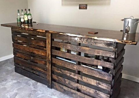 Pallet bar with rustic style
